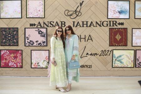 "AYEZA KHAN stuns in Ansab Jahangir Lawn ""ZOHA""!"